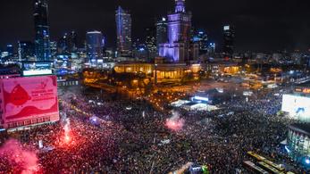 Tízezrek tüntettek Varsóban az abortusztörvény szigorítása miatt