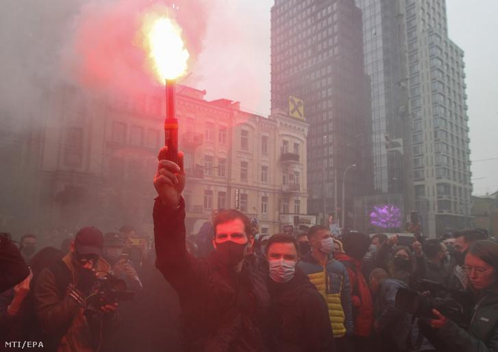 Füstgránáttal tiltakoznak aktivisták az ukrán alkotmánybíróság döntése elleni tüntetésen Kijevben 2020. október 30-án