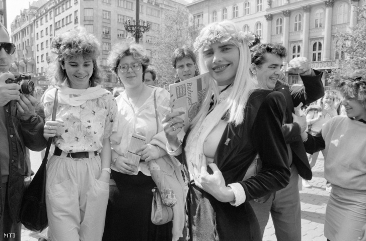 Fedetlen keblét mutatja a fotósnak Cicciolina azaz Staller Ilona a Radikális Párt képviselõje amikor társai körében áll a párt budapesti kongresszusa idején az ózonréteg védelmében szervezett tüntetésen a Vörösmarty téren.