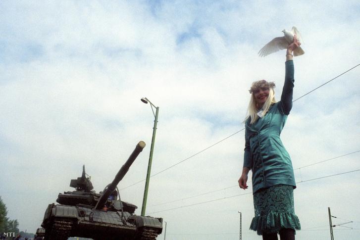 Cicciolina (Staller Ilona) az Olasz Republikánus Párt képviselõje búcsúztatja a bevagonírozott katonai egységet: 31 harckocsit és személyzetét.                          A nemzetközi sajtó tudósítói jelenlétében megkezdõdött a Magyarországon állomásozó szovjet csapatok kivonása.