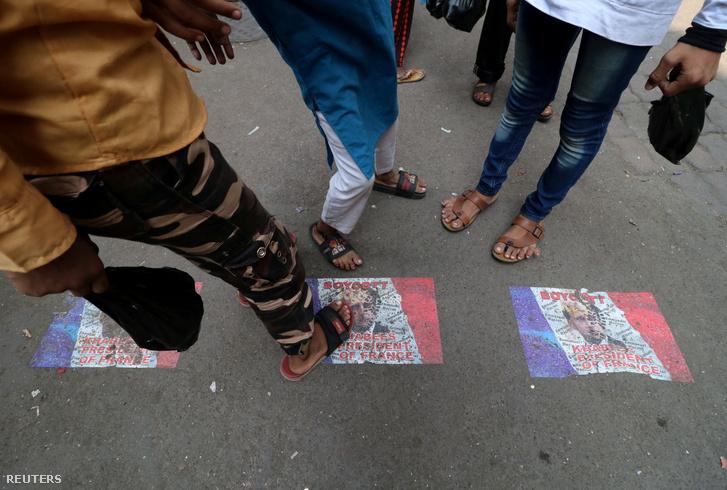 Macron-fotókat taposnak egy demonstráción az indiai Mumbai-ban 2020 október 30-án