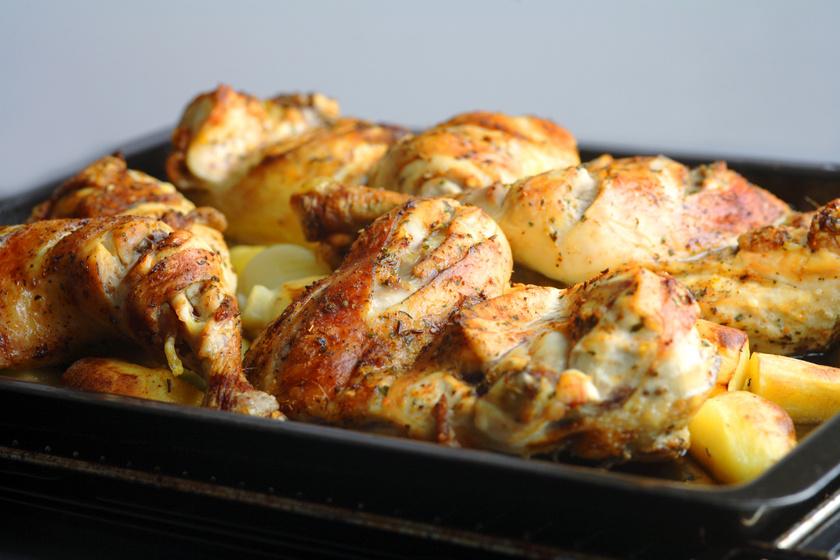 Krumplival sült, fokhagymás csirke: kívül piros, ropogós, belül omlós