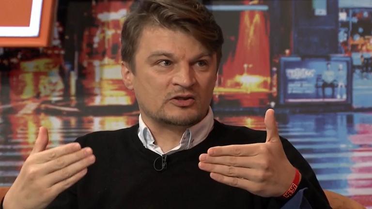 Horogkereszt-gyanús karkötőt viselt az Origo újságírója a Pesti TV műsorában