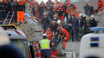 Hetvenéves török férfit mentettek ki a romok alól a földrengés után