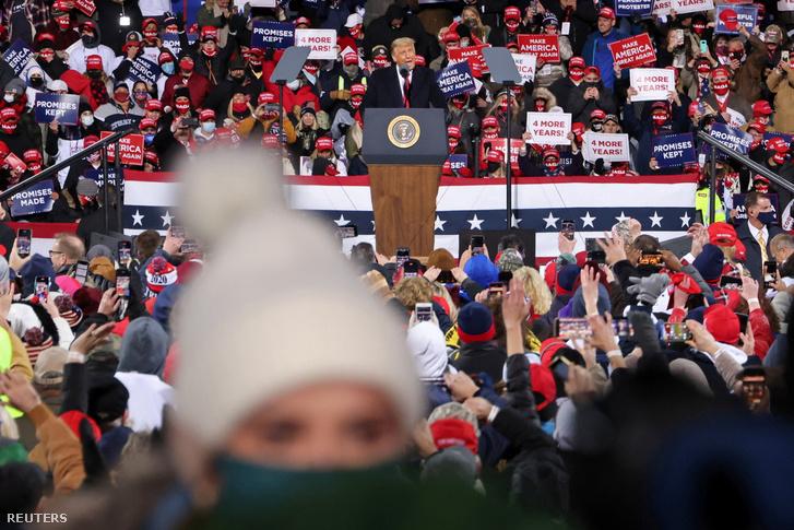 Trump beszél a montoursville-i kampányon Pennsylvaniában 2020. október 31-én