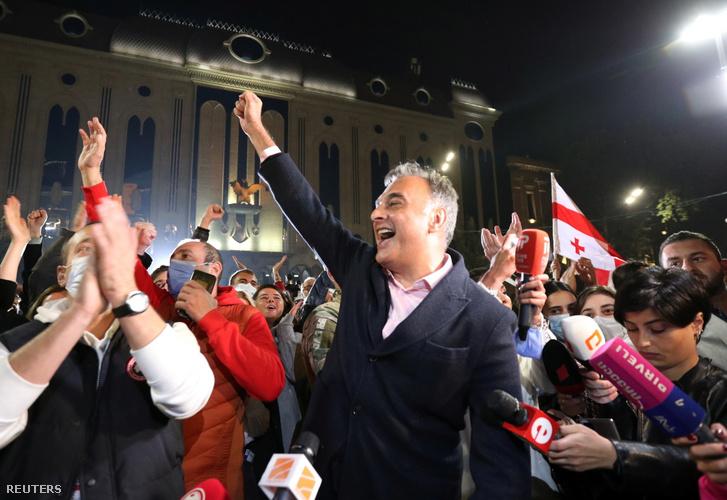 Zaal Udumashvili az Egyesült Nemzeti Mozgalom párt egyik vezetője ünnepel a tömeggel a parlament épülete előtt Tbilisziben 2020. október 31-én