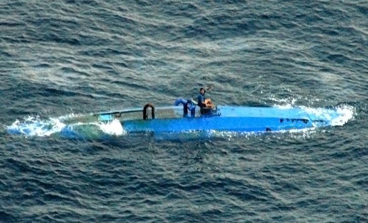Ehhez hasonló volt a megsemmisített hajó. A képen egy 2007-es üvegszálból készült narkó-tengeralattjáró elfogása előtti pillanat látható.