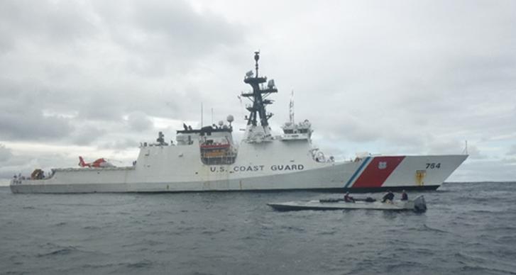 Az amerikai Parti Őrség egy kutterja egy alacsony profilú hajót állít meg a Csendes-óceán keleti részén 2018. október 22-én. Ehhez hasonló hajóval hozzávetőlegesen 18,5 tonna kokaint csempésztek november 15-én a flordiai Everglades kikötőben