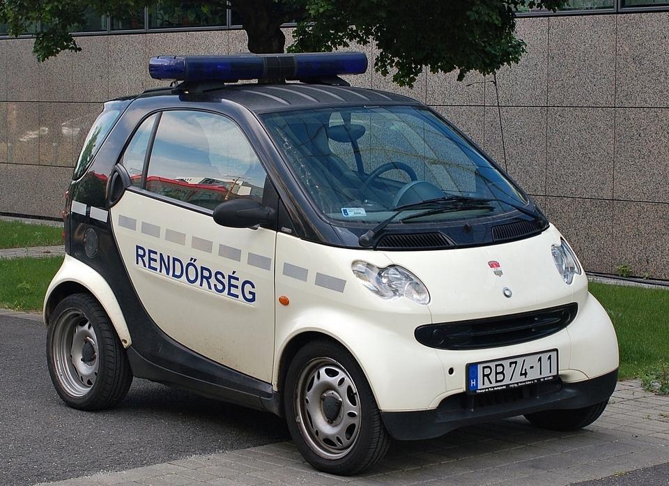 Magyarországon is vannak nem szokványos, bámulatra méltó rendőrautók, igaz, más értelemben. Sok mindent mondjuk nem lehet vele utolérni.