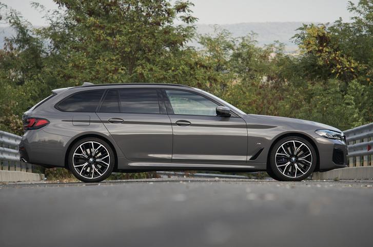 Remekül értenek az arányos kombi alakhoz a BMW-nél. A hátsó ajtó mérete árulkodó,  nem csak előre kényelmes beszállni