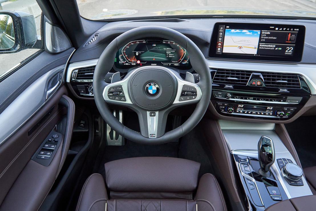 Sok kijelző és kapcsoló közös olcsóbb BMW testvérekkel, de a klímapanel meg főleg a minőségi kárpit érezteti , hogy három 118i árát locsoltuk szét