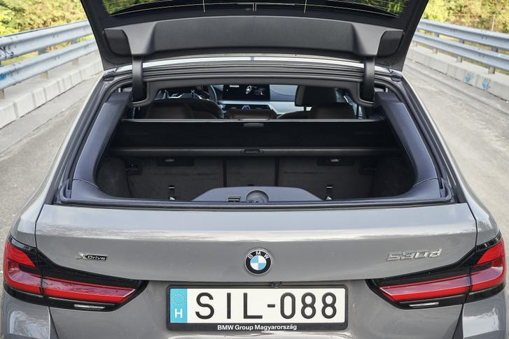 Ősi BMW Touring szokás, hogy nyílik az üveg külön, ami remek ötlet jól kivitelezve
