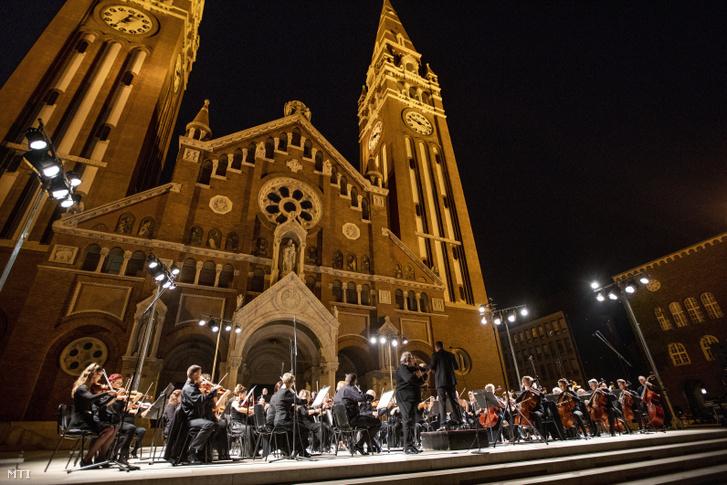 Kosztándi István Liszt Ferenc-díjas hegedûmûvész játszik Gyüdi Sándor vezényli a Szegedi Szimfonikus Zenekart a Szegedi Szabadtéri Játékok másnapi (augusztus 15.) ajándékkoncertjének nyilvános fõpróbáján a Dóm téri színpadon 2020. augusztus 14-én.