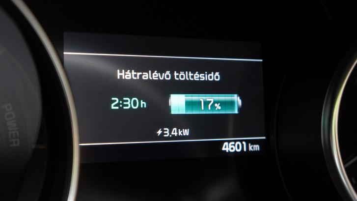 A gyorstöltés hivatalosan 3,3 kW-ot jelent csak, így még a pici 8,9 kWh -s akku felöltéséhez is kell több mint 2,5 óra
