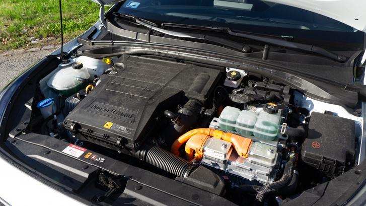 Egymás mellett az 1,6-os benzinmotor és a villanymotor