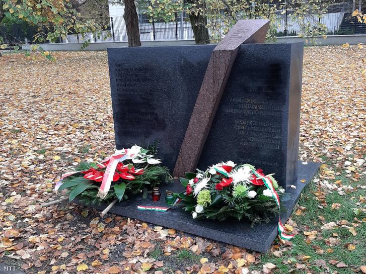 Magyarország varsói nagykövetsége által közreadott képen koszorúk a helyreállított varsói magyar emlékműnél, amelyet Kovács Orsolya Zsuzsanna magyar nagykövet, Szabó József katonai attasé, valamit a lengyel Nemzeti Emlékezet Intézetének (IPN) nevében Mateusz Szpytma igazgatóhelyettes helyezett el 2020. november 2-án. Az 1944-es náciellenes varsói felkelésben a lengyelek oldalán részt vett magyar katonák emlékművét, amely a parlamenti épületegyüttes közelében található, a hét végén, az abortuszszabályzást érintő alkotmánybírósági döntést követő tüntetések során ismeretlen tettesek megrongáltak, ábrákat festettek rá.