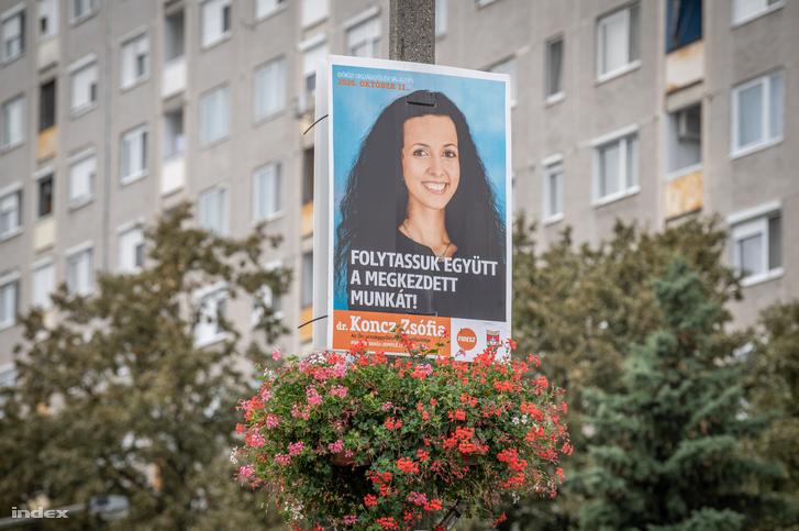 Koncz Zsófia egyik választási plakátja Tiszaújvárosban 2020. október 8-án
