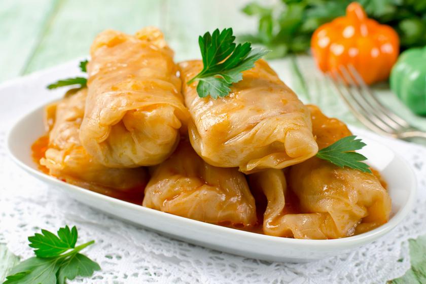Az ínyenc töltött káposzta a magyar konyha egyik jellegzetes egytálétele, ami régebben elsősorban ősz végén és télen került az asztalra. Az ünnepi menükből a mai napig nem hiányozhat. Akkor a legfinomabb, ha füstölt hússal készül.