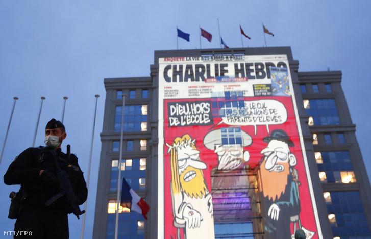 A Charlie Hebdo szatirikus magazine egyik karikatúráját vetítik egy ház falára az öt nappal korábban megölt Samuel Paty történelemtanár emlékére Montpellierben 2020. október 21-én.