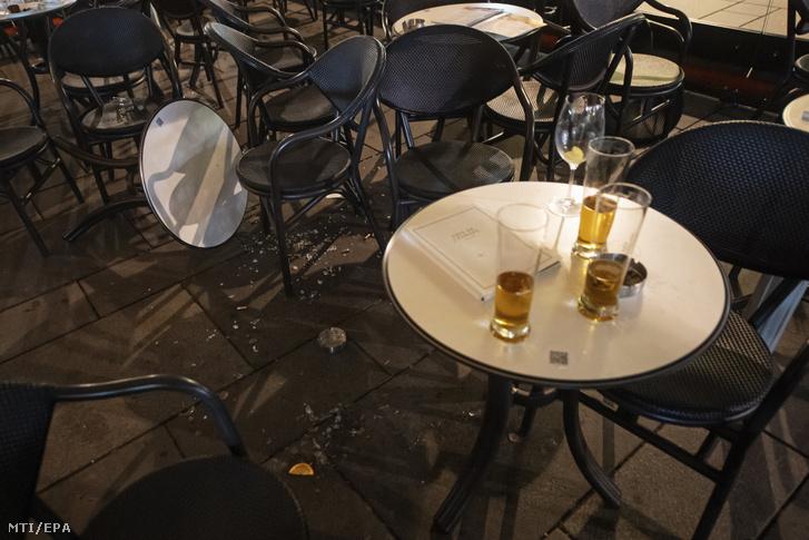 Törött poharak és tányérok egy kávézóban Bécs belvárosában 2020. november 3-án