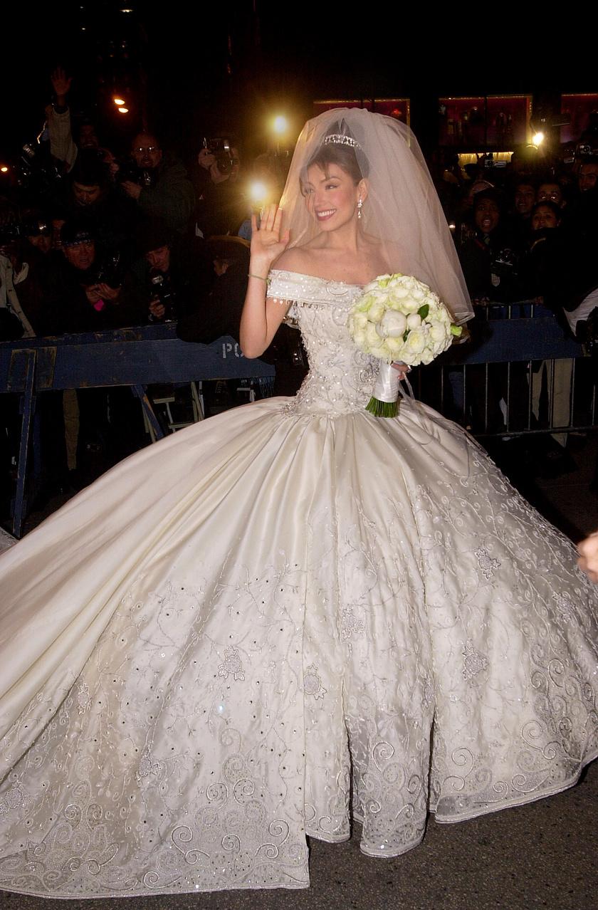 Thalía gyönyörű menyasszonyi ruháját a mexikói divattervező, Mitzy álmodta meg.