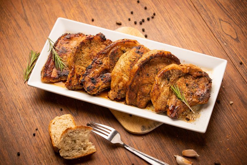 Pirosra sült, szaftos sertéstarja: a hús olyan puha, hogy szétolvad az ember szájában