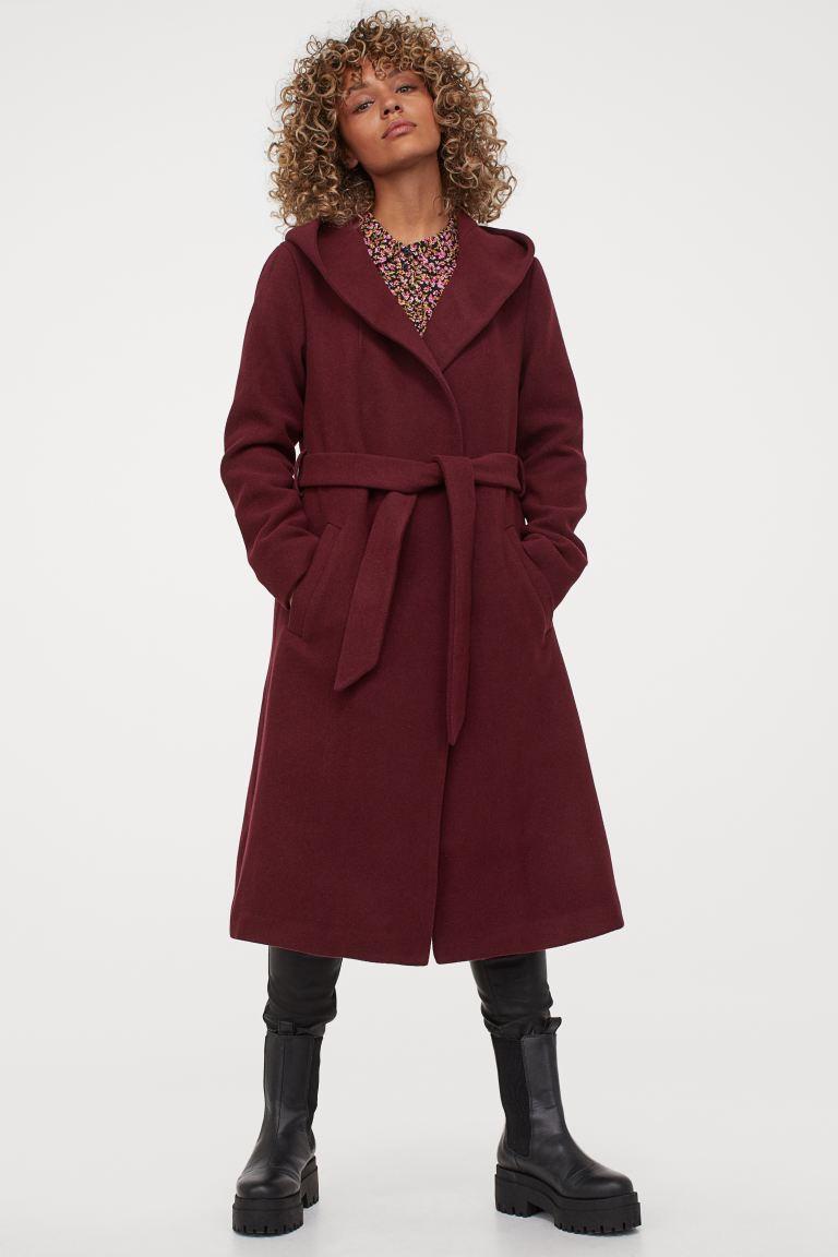 A H&M térd alá érő, bordó szövetkabátja nőies, elegáns, és szépen kiemeli a derekat. 17 995 forintért vásárolhatod meg.