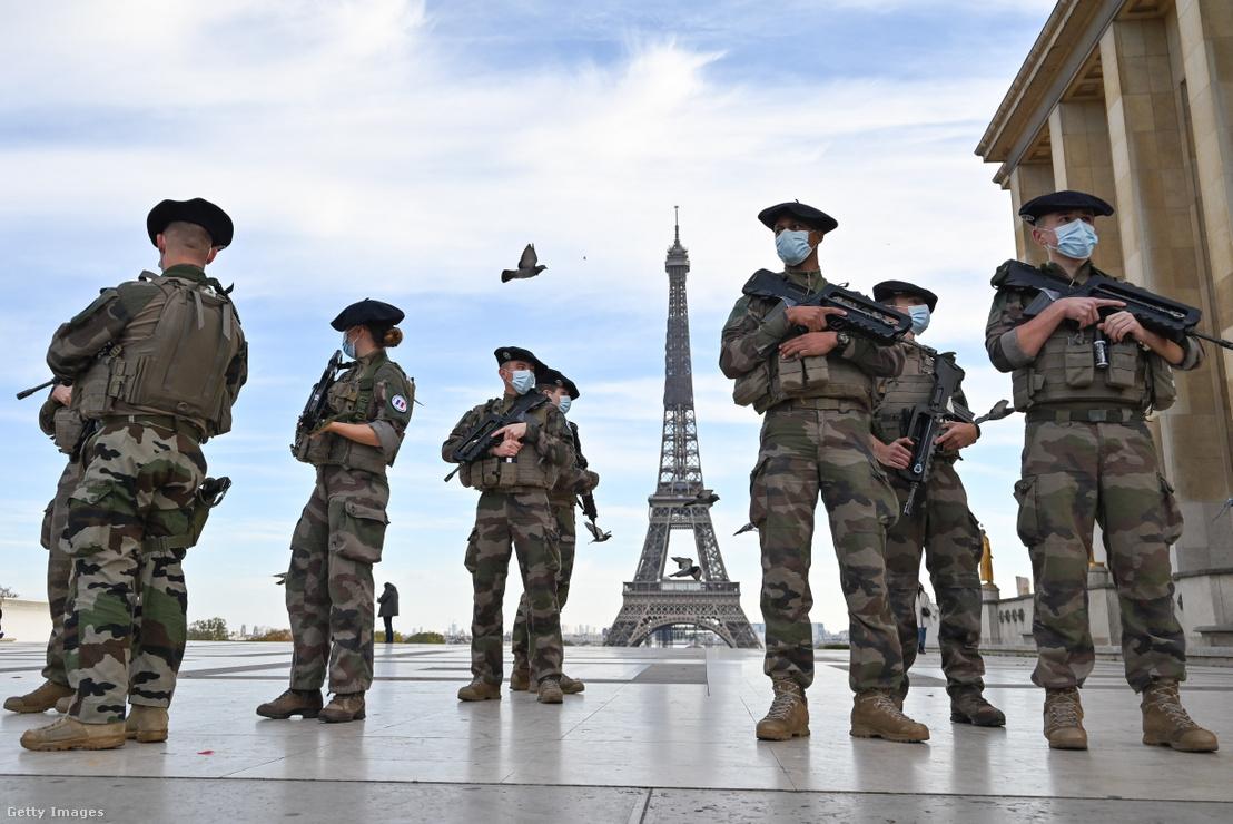 Katonák Párizsban 2020. október 31-én