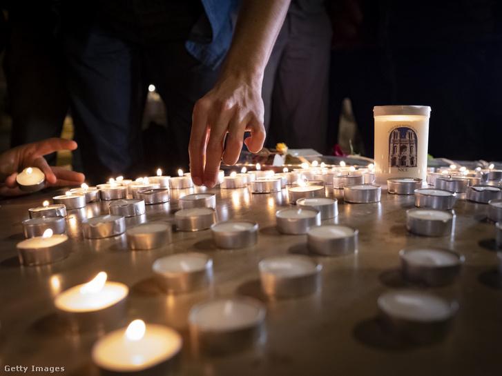 Megemlékezők Nizzában a Notre-Dame katolikus székesegyháznál 2020. október 29-én
