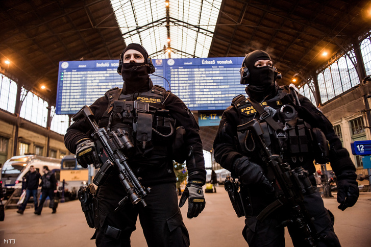 A Terrorelhárítási Központ (TEK) munkatársai Budapesten, a Nyugati pályaudvaron 2016. december 20-án. A december 19-i berlini merénylet után megerősítik a rendőri biztosítást azokon a magyarországi helyeken, ahol nagy tömeg tartózkodik, így például a karácsonyi vásárokon.