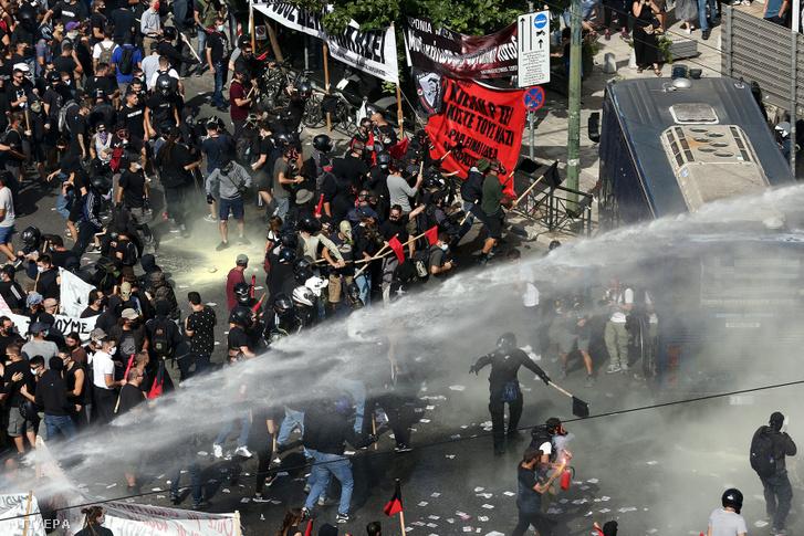 Rohamrendőrök összecsapnak tüntetőkkel, miután egy athéni bíróság elmarasztaló ítéletet hozott az Arany Hajnal radikális jobboldali párt ügyében 2020. október 7-én. Az ítélethirdetés alatt mintegy 15 ezren tüntettek a fasizmus ellen a bíróság épülete előtt, a rendőrség könnygáz és vízágyú bevetésére kényszerült. A több mint öt évig húzódó tárgyalássorozat azzal zárult, hogy az illetékes athéni bíróság bűnszövetkezetnek minősítette a pártot, és elítélte számos korábbi képviselőjét.