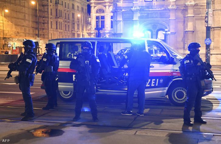 Rendőrök Bécsben a terrortámadás után 2020. november 2-án.