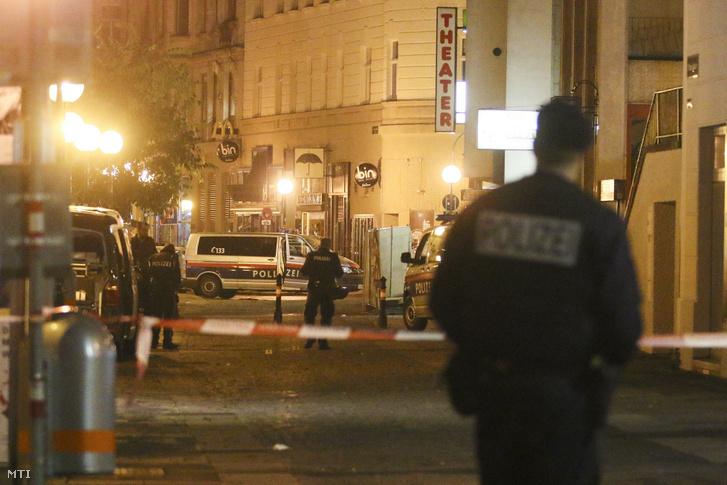 Rendőrök Bécs belvárosában 2020. november 3-án, miután előző este lövöldözés történt a Seitenstettengasse utcai zsinagóga közelében. Az imaházban ekkor nem voltak emberek, így egyelőre nem tudni, hogy ez volt-e a célpont. A merényletnek három ártatlan halálos áldozata van, két arra járó férfi és egy nő. A merénylő, akit a rendőrök lelőttek, az Iszlám Állam nevű terrorszervezet szimpatizánsa volt