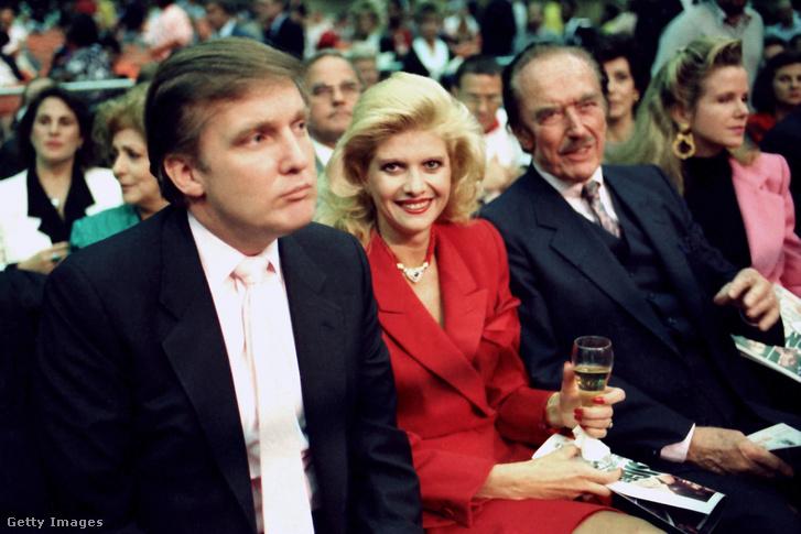 Donald Trump első feleségével Ivanával, mellettük Fred Trump, 1988