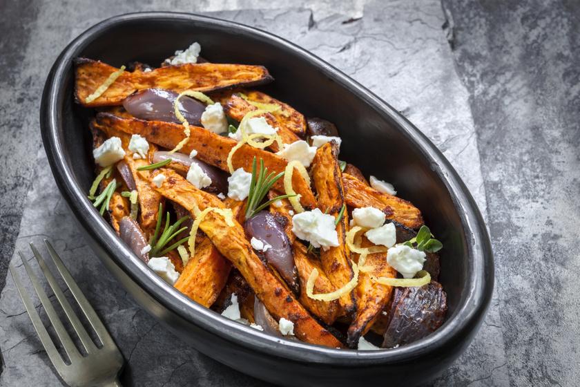 Tepsiben sült, rozmaringos édesburgonya fetával: extra köret vagy önálló fogás