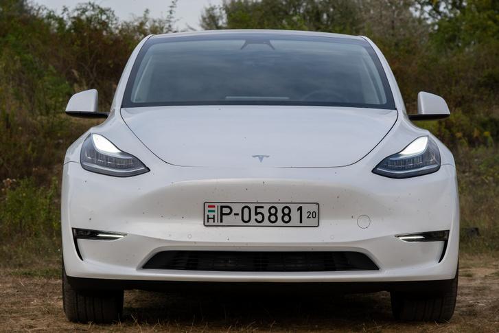 Innen tökéletes Model 3 (és egy kissé hebehurgya csomagtér-hézag)