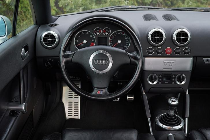 Persze minden más egy mai Audiban, mégis érezhető a vérvonal, kivehető a kapcsolat. Például most is hasonló kerek légbeömlőket használ a TT