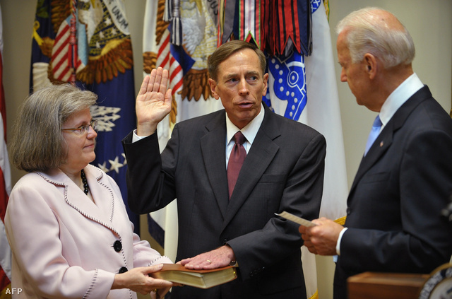David Petraeus hivatali esküje, balra felesége Holly