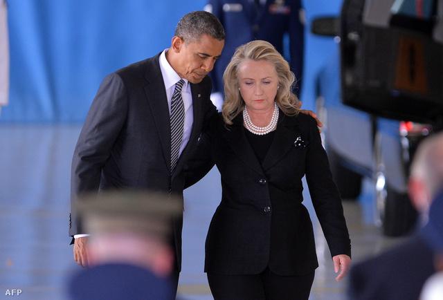 Barack Obama és Hillary Clinton a Bengáziban elhunyt amerikai nagykövet holttestének hazaszállítására szervezett katonai tiszteletadás után