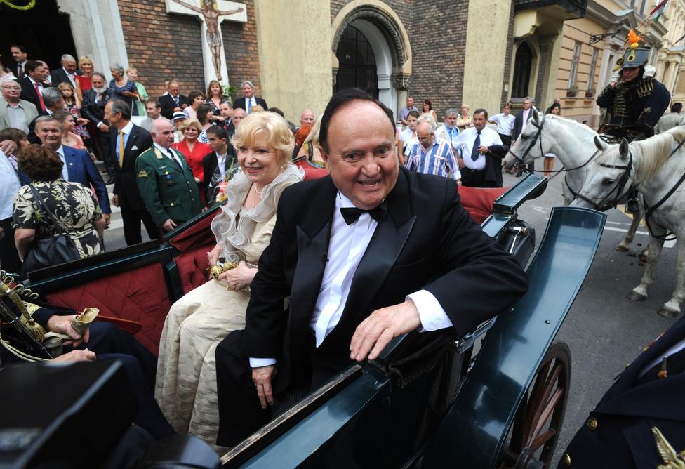 2009. augusztus 22-én Torgyán József Winston Churchill-i derűvel távozott lovas hintón feleségével, Cseh Máriával a görög katolikus templomban aranylakodalmuk alkalmából tartott szertartás után a Rózsák teréről. Mária asszony 1966 és 1991 között a Pécsi Nemzeti Színház operettprimadonnája volt. 1990-ben férje hatására lépett be az FKGP-be, és jutott be négy évvel később a parlamentbe.
