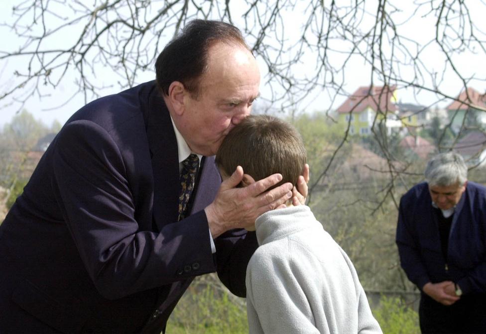 2002. április 2-án Torgyán az FKGP miniszterelnök-jelöltjeként Miskolcra ment, ahol meglátogatta a görömbölyi görög katolikus templomot, ahol homlokon csókolt egy gyereket.
