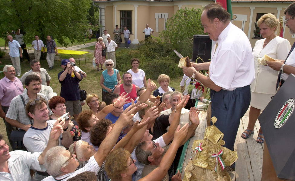 2001. augusztus 20-án Torgyán kenyeret osztott a hallgatóságnak a Független Kisgazdapárt ünnepi nagygyűlésén az Ópusztaszeri Történeti Emlékparkban.