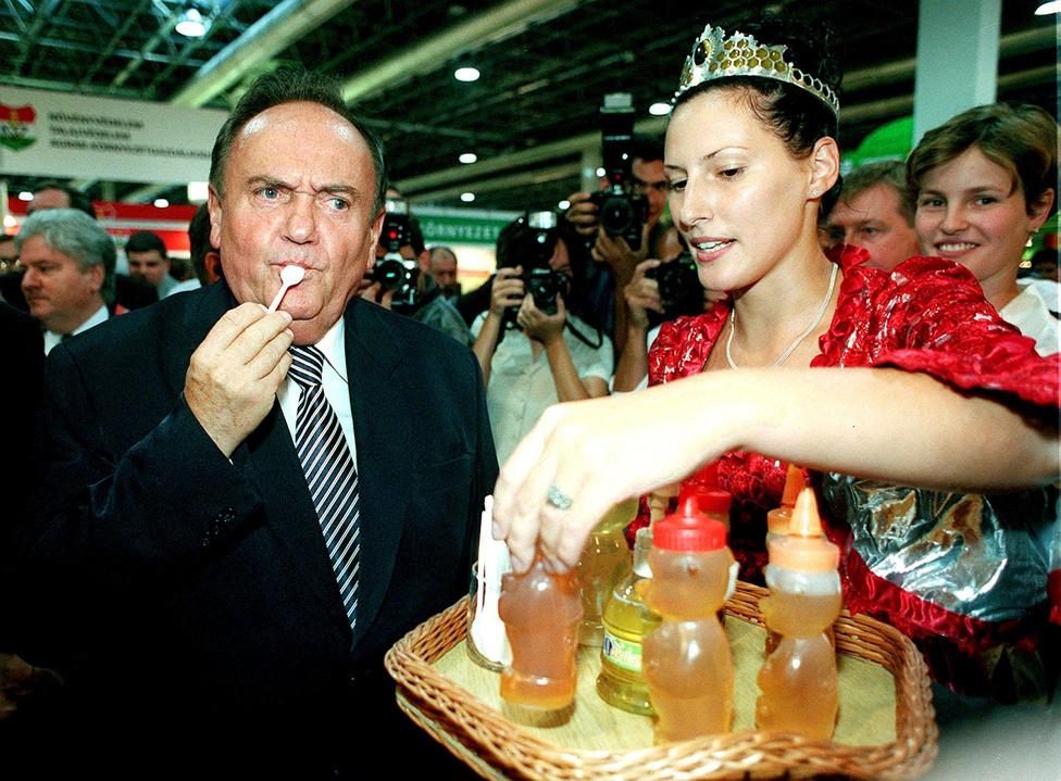 Vidékfejlesztési miniszterként is nagy úttörője volt a politikai PR-nek. 2000. szeptember 2-án Trobocskai Zita mézkirálynő kínálta mézzel a 73. Országos Mezőgazdasági és Élelmiszeripari Kiállításon.