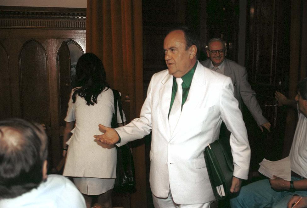 Az Országgyűlés Mezőgazdasági Bizottsága ülést tartott 1999. június 9 -én a Parlament Gobelin termében. Torgyán a meghallgatásra Fradi-színekben érkezett.