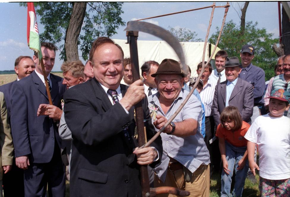 1998. július 11-én Törökszentmiklóson az aratóverseny előtt a miniszter végezte el az első kaszavágást.