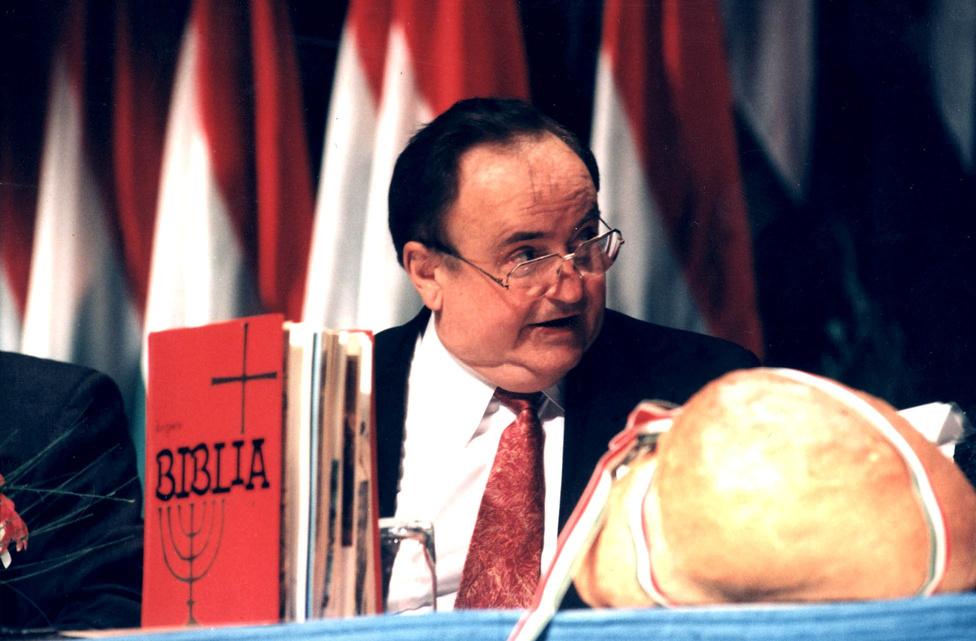 1995. november 4-én az FKGP nagyválasztmányi gyűlését a Budapest Kongresszusi Központban tartották. Minden szükséges kellék rendelkezésre állt, csak a kumráni tekercsek hiányoztak.