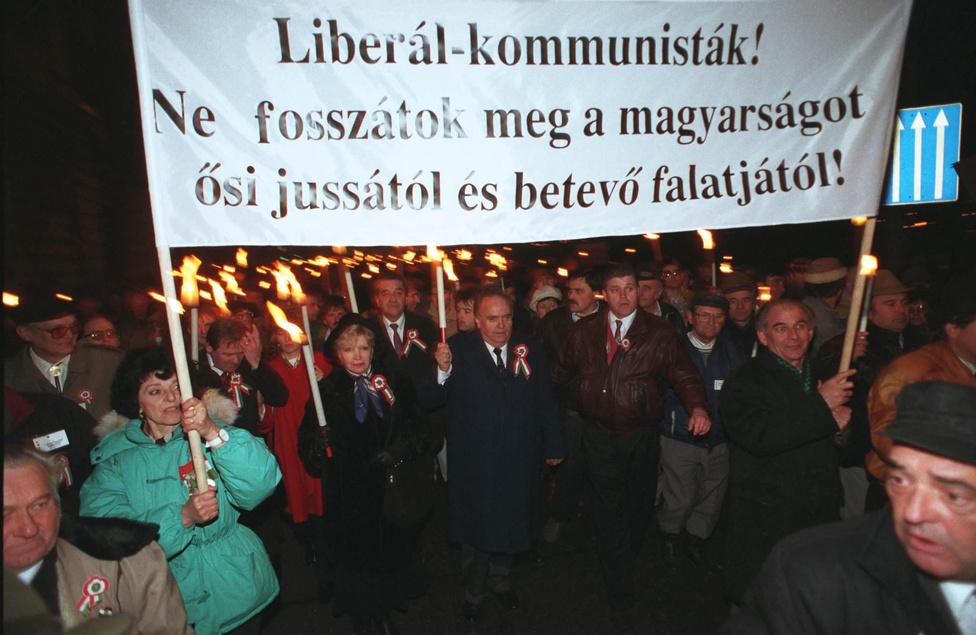 1995. március 14-én a Független Kisgazda-, Földmunkás és Polgári Párt március 15-i ünnepségét a budapesti Petőfi szobornál tartotta meg, majd a résztvevők egy csoportja Torgyánnal és Mária asszonnyal átvonult a Kapisztrán térre egy ökumenikus istentiszteletre.