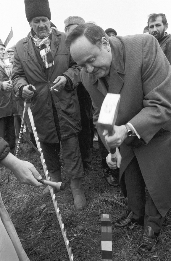 Torgyán József, az FKGP parlamenti frakcióvezetője 1991. március 3-án húsz nemzetiszínnel díszített karót vert a földbe Makón, a Maros-hídnál, ahol népes érdeklődő tábor gyűlt össze, hogy Torgyán irányításával jelképes földfoglalást hajtsanak végre a Makó-csorgói határszélen, az Apátfalvi Aranykalász Termelőszövetkezet földterületén.