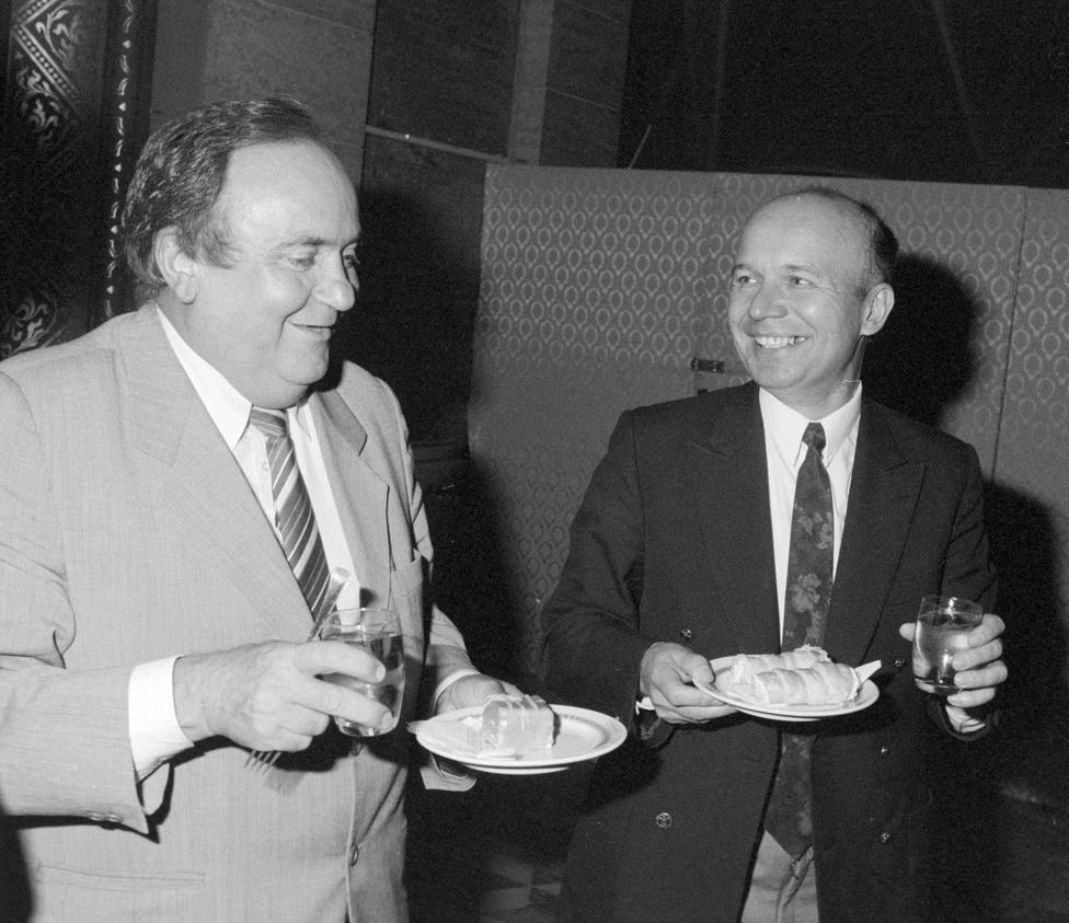 1990. szeptember 11-én Torgyán József egy minyont fogyasztott el a parlament legendásan olcsó büféjében Zsíros Géza képviselővel, akit a Békési Gabona Rt. ügyében kilenc évvel később felfüggesztett börtönbüntetésre ítéltek.