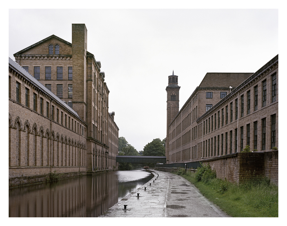 Saltaire gyár, Saltaire, Bradford, Anglia.                         A ma már Unesco védelem alatt álló viktoriánus korabeli gyár-épületegyüttest és modellvárost Titus Salt építette 1851-ben.                         A Leeds-Liverpool kanális mentén épült, gyapjú feldolgozás céljából.                         Ma galária, étterem és könyvesbolt találhatók a többszintes főépületben.